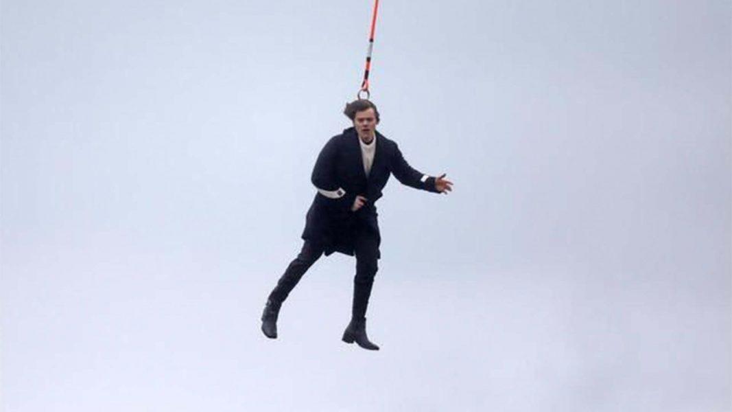 Harry Styles aparece 'voando' em fotos dos bastidores do clipe do primeiro single solo