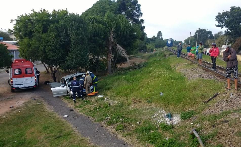 Motorista de carro fica ferido ao tentar atravessar linha férrea no Cajuru
