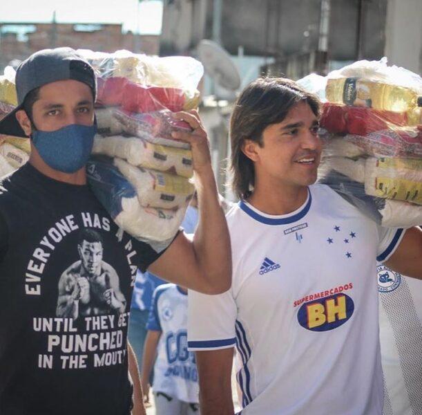 Léo e Marcelo Moreno se unem às organizadas do Cruzeiro em ação social