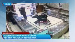 Cadeirante usa arma com os pés pra assaltar relojoaria