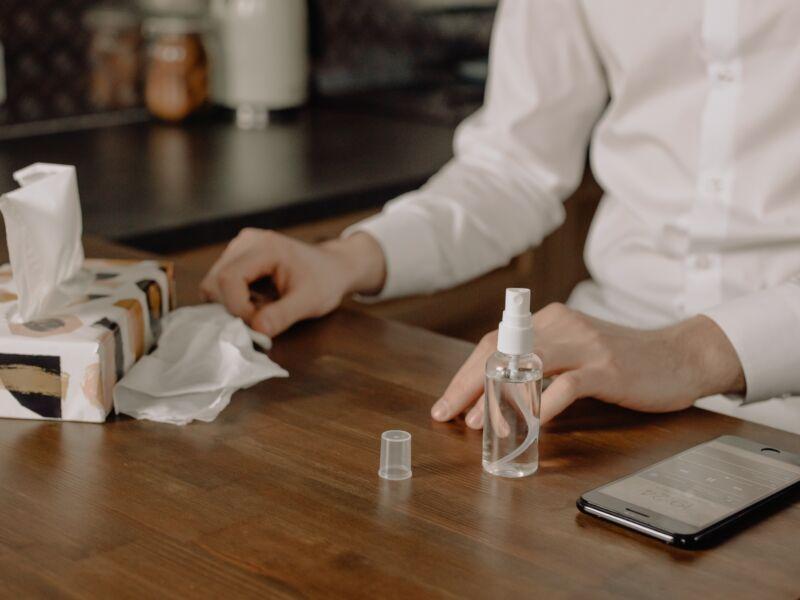 Empresa converte linha produção para doar álcool gel à comunidade em situação de vulnerabilidade