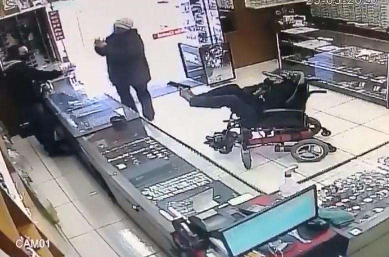 Cadeirante mudo é preso ao tentar assaltar relojoaria com pistola no pé, veja o vídeo