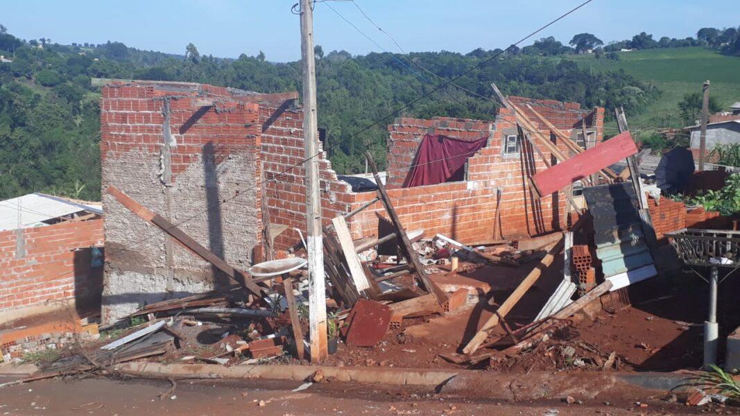 Após fortes ventos, temporal deixa casas destelhadas em Londrina e Cambé