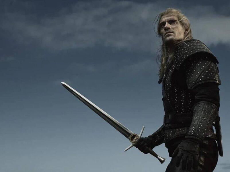 Geralt segura sua espada na nova foto de 'The Witcher'