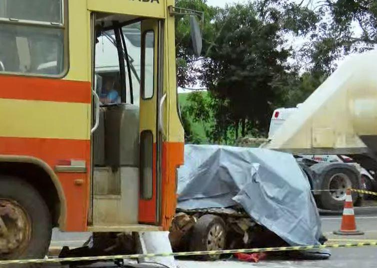 Jovem morre após bater veículo contra caminhão na PR-323, em Sertanópolis