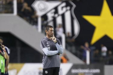 Técnico do time feminino do Santos não vai ao jogo devido a tratamento contra câncer