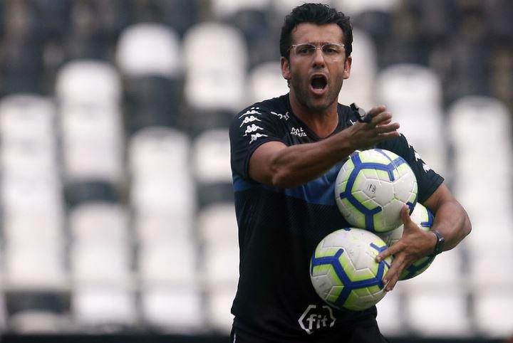 Botafogo tenta reforços para o meio-campo