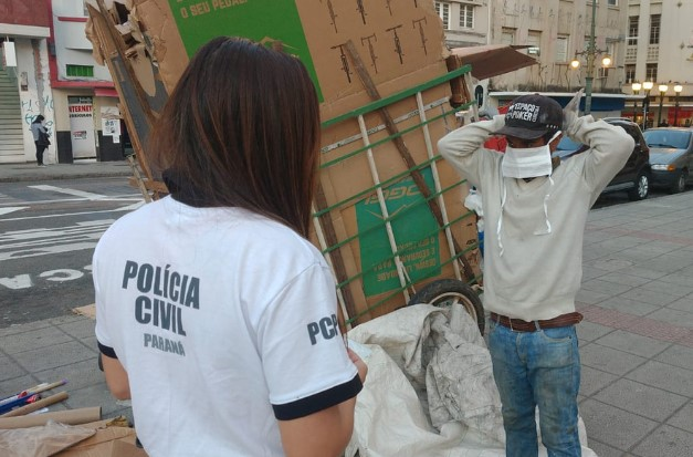 Polícia Civil distribui máscaras e orienta a população em Curitiba