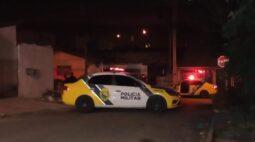 Bando fortemente armado invade casa, mata dois e deixa outros dois feridos em Curitiba