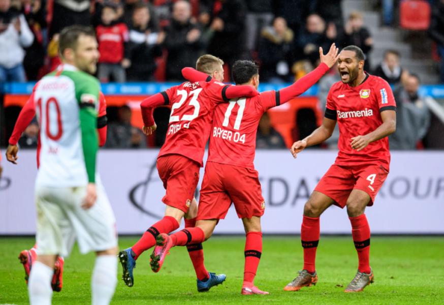 Leverkusen supera Augsburg e segue na briga por vaga na Champions League