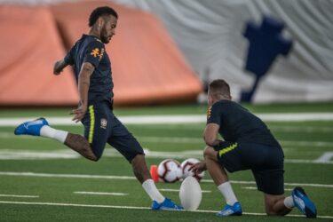 Por chuva, seleção brasileira treina em gramado coberto em Miami