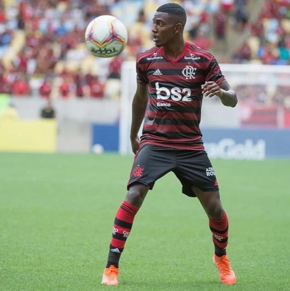 Ramon, promessa da base do Flamengo, comemora treinos entre profissionais