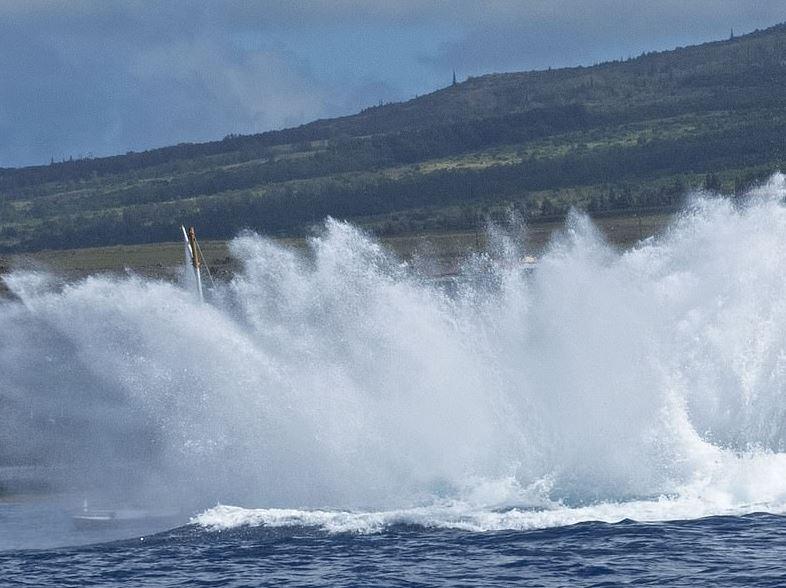 baleia-jubarte-salta-esmaga-barco