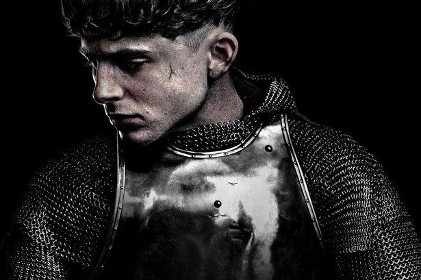 Timothée Chalamet não está feliz com a coroa no trailer de 'O Rei'