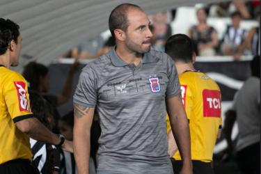 Técnico do Paraná critica CBF por suspensão de jogos