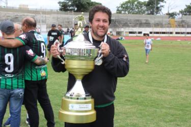 Fernando Marchiori é eleito o melhor técnico da história do Maringá