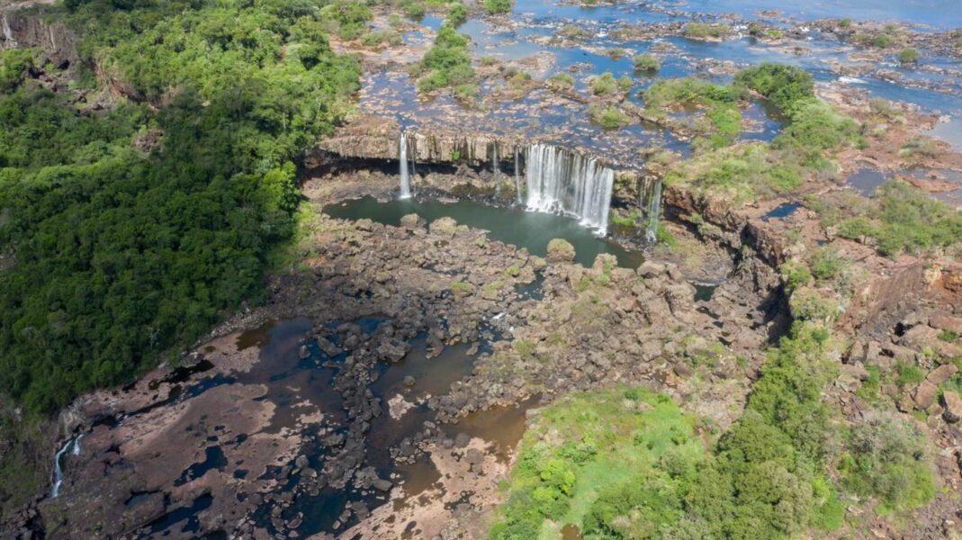 Baixa vazão proporciona cenário diferente das Cataratas do Iguaçu; veja fotos