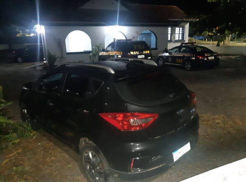 Ladrões são descobertos após roubarem carro elétrico e tentarem abastecer em posto de combustível