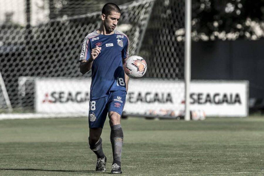 A dois meses do fim do contrato, Santos não se posiciona sobre Evandro