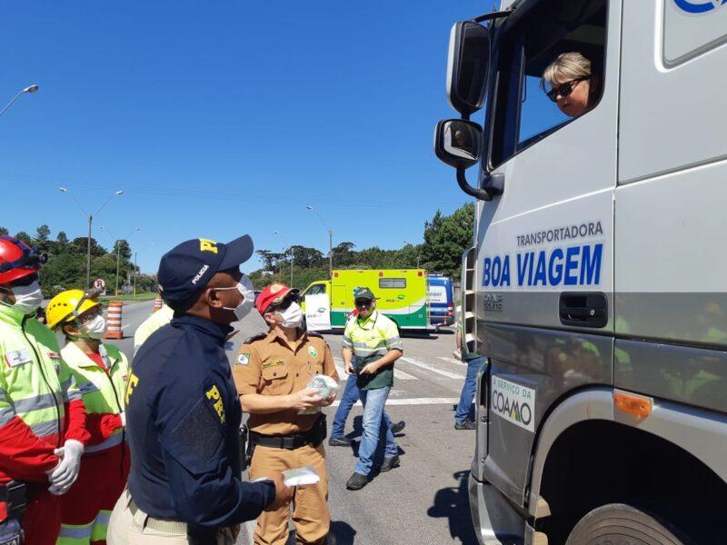 Voluntários distribuem refeições a caminhoneiros em postos da PRF no Paraná