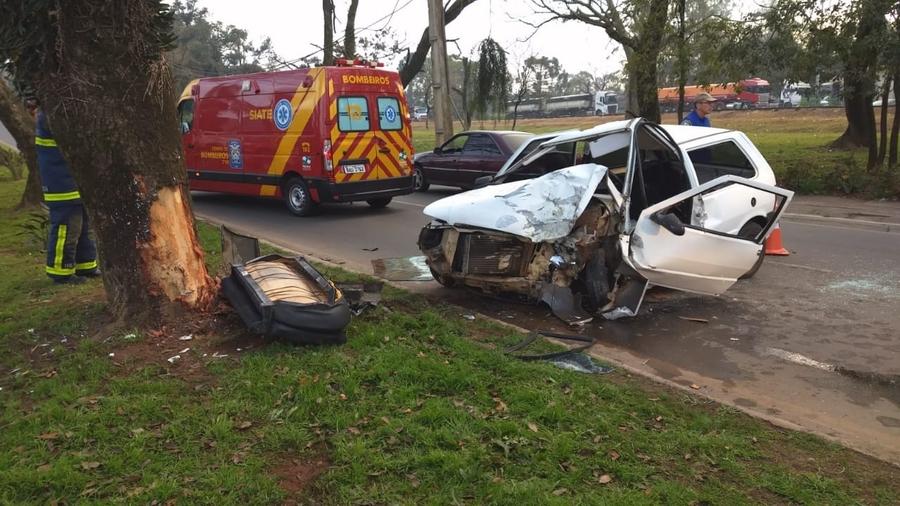 Jovem bate carro contra árvore em avenida central de Ponta Grossa