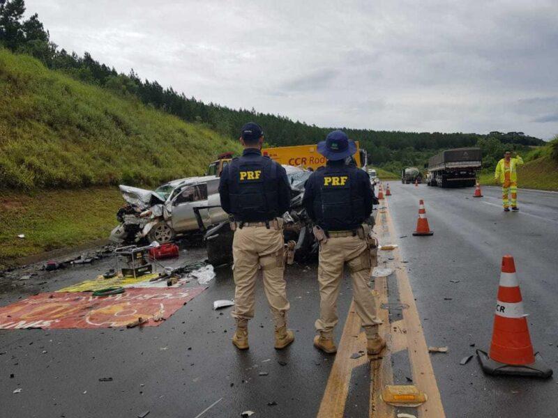 Acidente entre duas caminhonetes deixa uma pessoa morta e cinco feridas, na BR-376