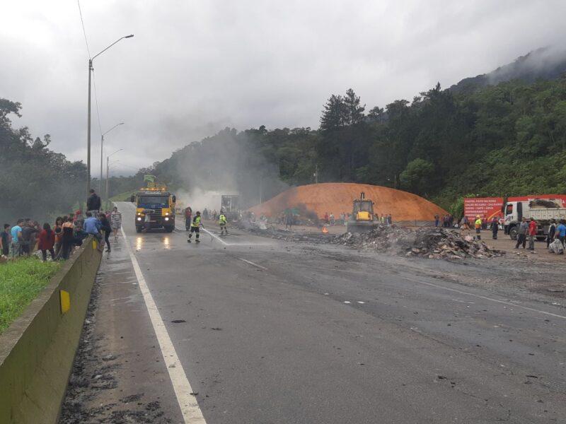 Caminhão carregado com frango pega fogo na BR-376, em Guaratuba