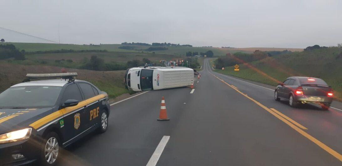 Micro-ônibus com equipe de futsal de Curitiba sofre acidente na BR-277