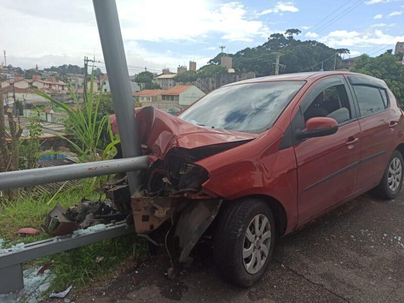 Quatro pessoas ficam feridas após carro atingir ponto de ônibus em Curitiba