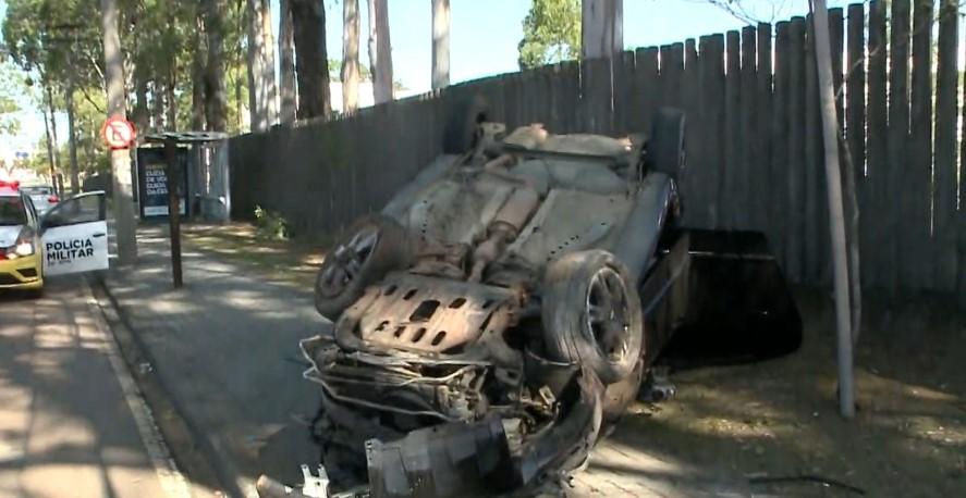 Jovem pega carro escondido do pai e capota no Jardim das Américas, em Curitiba