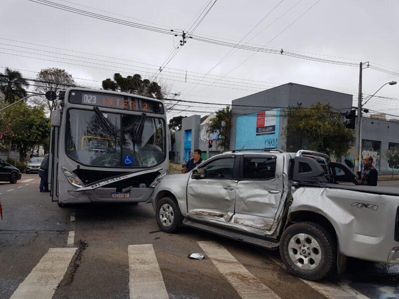 Acidente ligeirinho: ônibus do transporte coletivo bate em caminhonete
