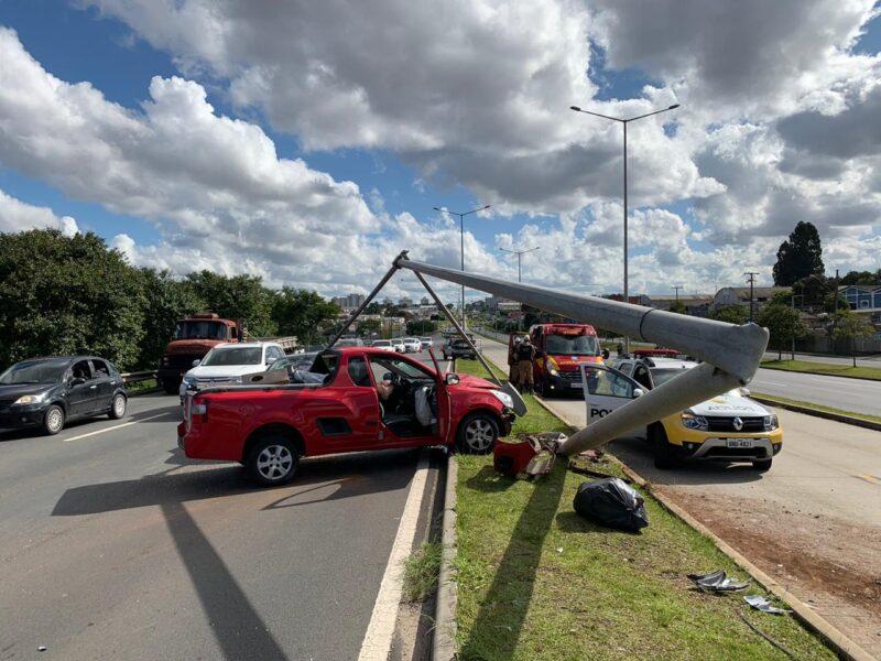 Volante 'trava' durante ultrapassagem e carro derruba poste na Linha Verde, em Curitiba
