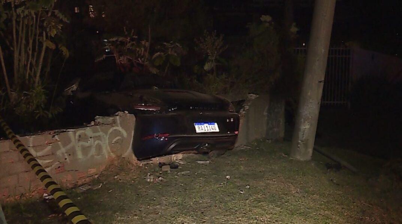 Casal bate Porsche avaliado em meio milhão, abandona o carro e deixa bairro sem luz em Curitiba