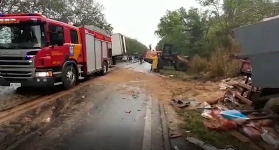 Acidente entre dois caminhões deixa três pessoas mortas no Norte do Paraná
