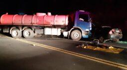 Acidente entre caminhão-tanque e carro acaba em morte na rodovia do Xisto, em Contenda