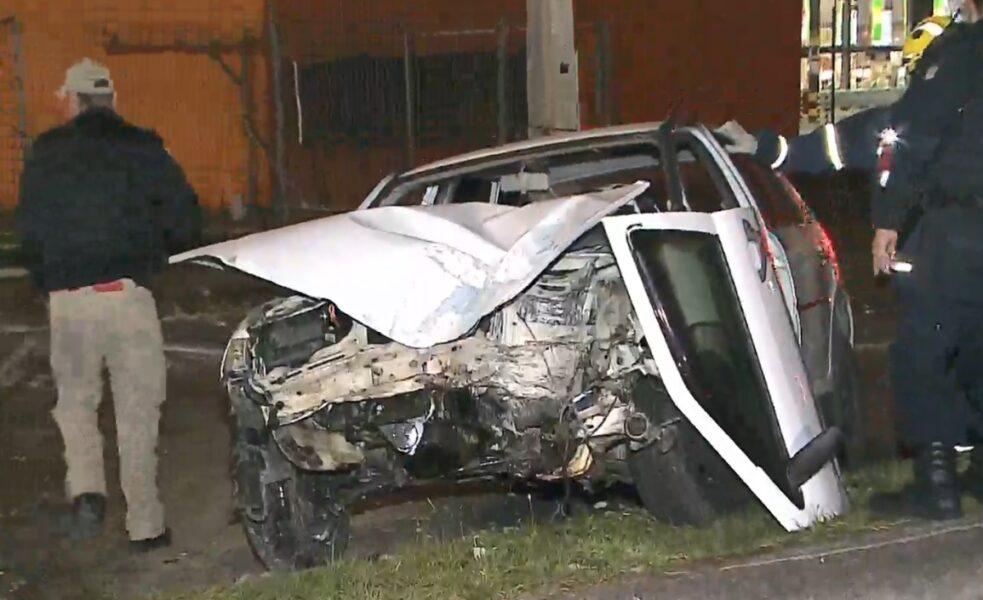Mulher foge de acidente, mas bate carro em poste após duas quadras