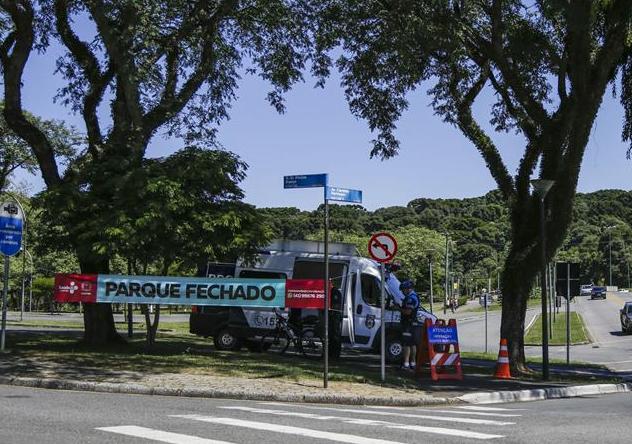 Onze parques de Curitiba têm estacionamentos fechados para reduzir circulação