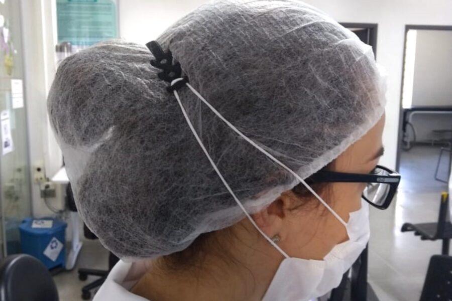 Adolescente faz protetores de orelhas para profissionais da saúde