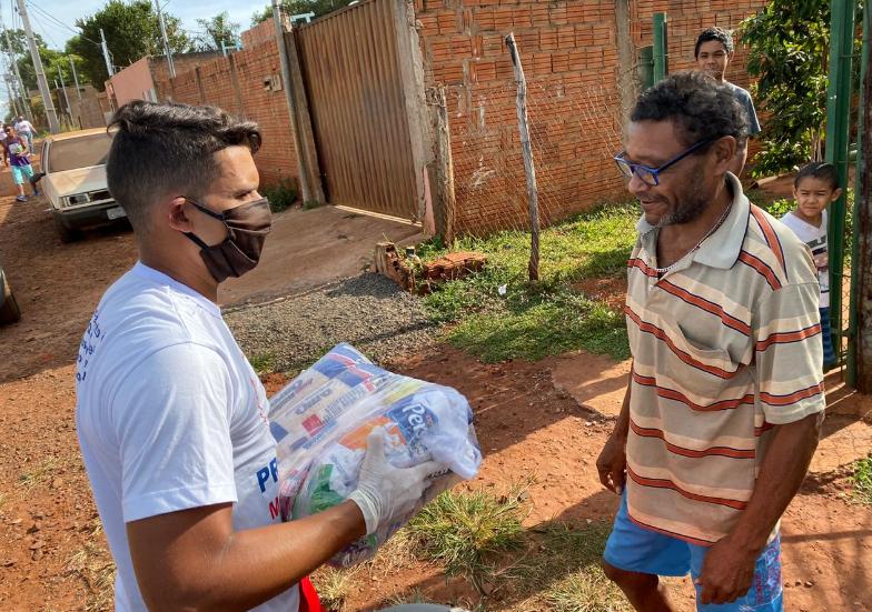 Jean, do Cruzeiro, doa cestas básicas a 100 famílias no Mato Grosso do Sul