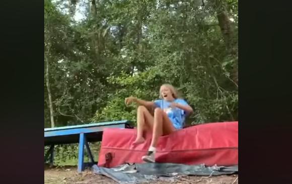 Animadora de torcida é picada por cobra enquanto grava vídeo; assista!