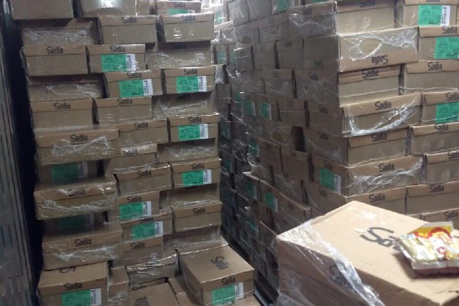 Irmãos são presos com carga de salsicha roubada em Curitiba
