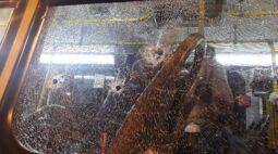 Para matar rival, homens promovem tiroteio em ônibus; rapaz foi baleado