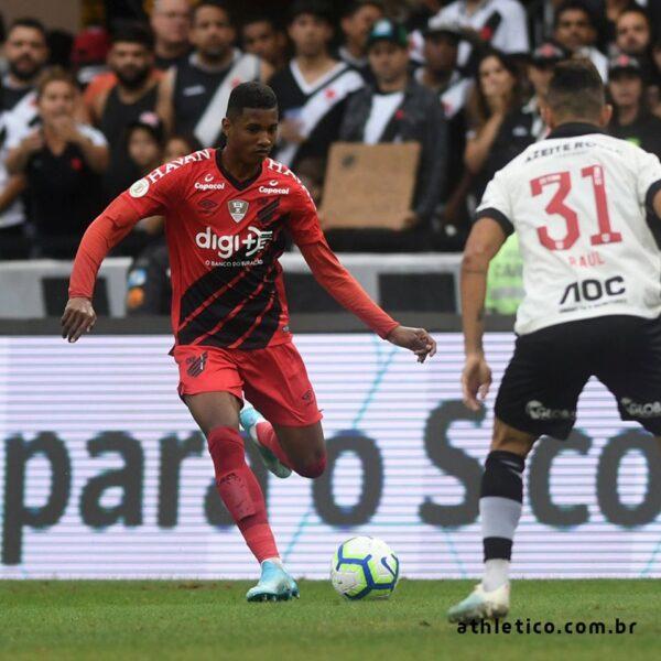 Athletico-PR sofre gol em lance de pênalti, conferido pelo VAR, e empata com Vasco