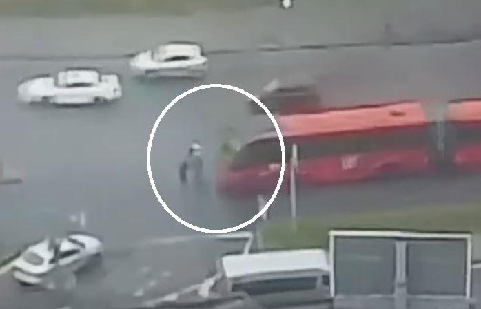 Vídeo flagra momento que 2 mulheres são atropeladas por biarticulado em Curitiba
