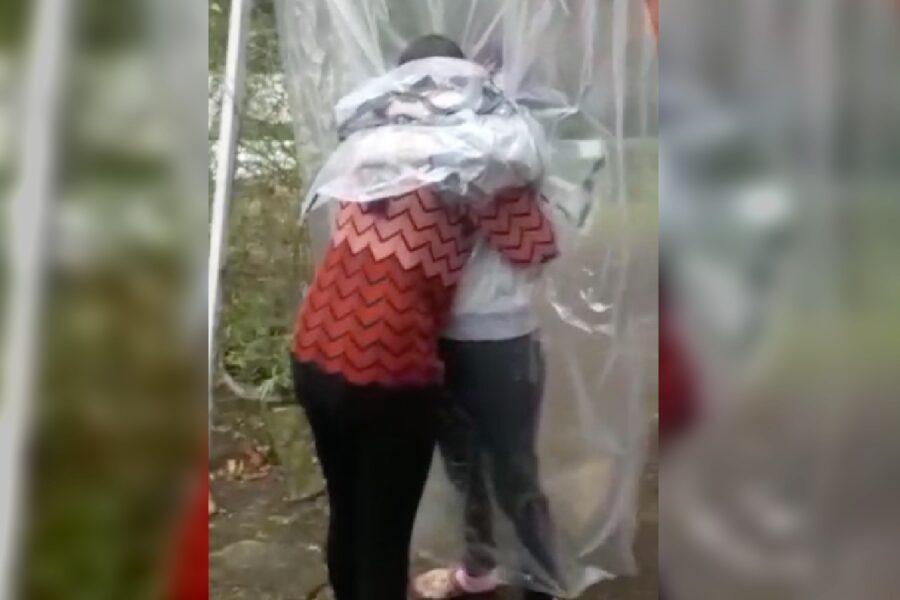 Vídeo: avó faz capa de plástico para poder abraçar as netas em Curitiba