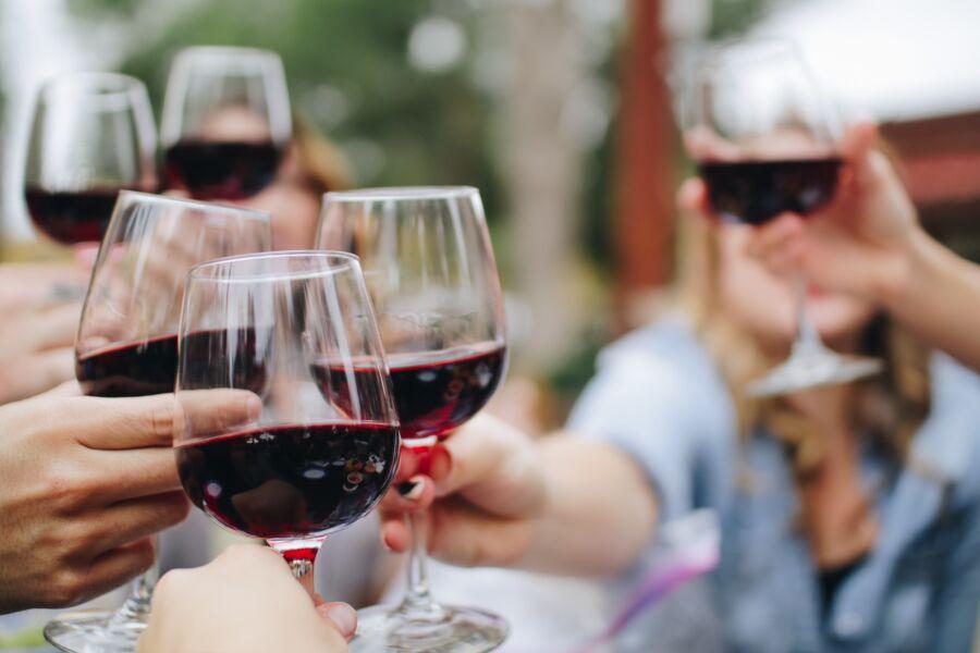 Influencer e sommelier compartilha dicas e curiosidades sobre vinhos
