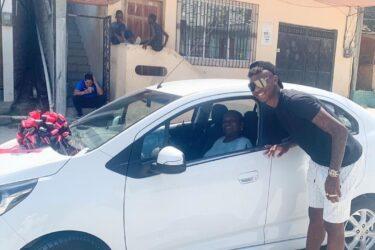 Zagueiro Arboleda, do São Paulo, surpreende mãe com carro novo