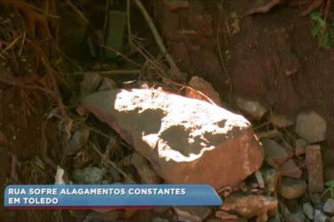 Moradores reclamam dos frequentes alagamentos em rua de Toledo