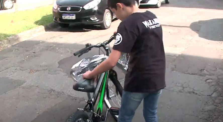 Ladrão furta presente de garoto na véspera do aniversário e telespectadora promove surpresa