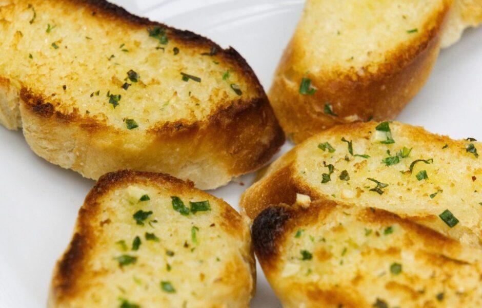 Pão de alho caseiro: confira receita e economize no churrasco